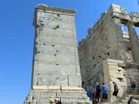 Обогнув пиргос, посетители оказываются перед Пропилеями — парадным входом на Акрополь. В древности здесь существовала широкая лестница, остатки ее видны и сейчас.