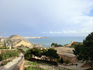 На нижнем уровне расположены подходы к замку, парковка. Там, у подножья крепости, в старой части Аликанте находится парк Эрета (Parque de la Ereta).