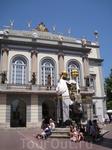 Вход в театр-музей и памятник каталонскому философу Пужольсу