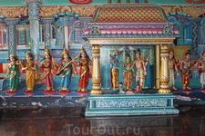 На территории пещер Бату расположено несколько индуистских храмов