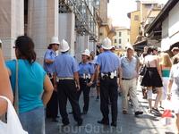втихушку снятая флорентийская полиция. форма едина для всех полов.