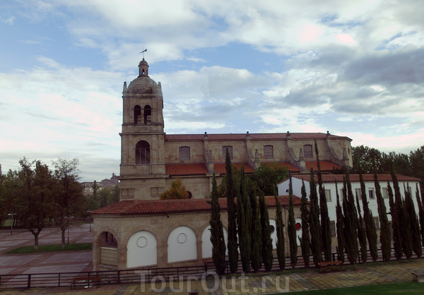 По дороге к автостанции проехали еще одну красивую церковь, названия не нашла.