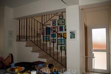 Вилла Лидия. Лестница на второй этаж и красивые детские рисунки.