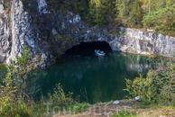 Здесь, на каньоне, есть причал и можно взять напрокат лодку. Стоимость 400р. в час