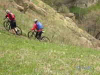 велотуристы на горе