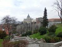 Jardines de Las Vistillas - сады, расположенные в самом центре города, с одной стороны - река Мансанарес, с другой - calle de Segovia. С этой точки хорошо ...