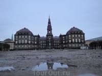 Копенгаген справедливо называют городом дворцов и соборов. Перед нами бывшая королевская резиденция - Кристиансборг. В центре - церковь, пережившая два пожарища и чудом уцелевшая. Её башня - самая выс