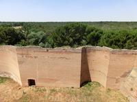 Несмотря на все три линии обороны, гарнизон замка, состоящий их 25 человек, не смог устоять перед войсками Наполеона. 2 декабря 1808 года, после захвата ...