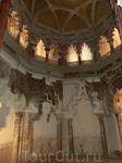 Придворная мечеть была предназначена для короля, его семьи и ближайшего окружения. Квадратное помещение при помощи колонн, установленных в скошенных углах ...