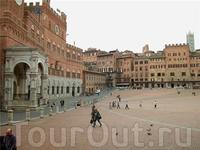 Главное здание площади Кампо - палаццо  Пубблико 1297-1310г.г.  Фасад украшают часы , под ними  герб  Медичи, появившийся  на палаццо Пубблико после  присоединения ...