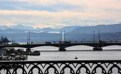 Вид на Цюрихское озеро и Альпы в дали