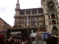 это в первый день в Мюнхене-историческая площадь и бочки с пивом!Подготовка к празднику!