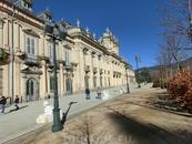 Прощальный взгляд на дворец и я направляюсь к выходу. Нужно успеть пообедать, погулять по Сеговии и возвращаться в Мадрид. Меня ждали колесницы Волшебных ...
