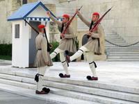 Марш эвзонов больше напоминает танец, наполненный балетными па, чем боевой строй. Но именно так выглядит их традиционный строевой шаг, в нем имитируется ...