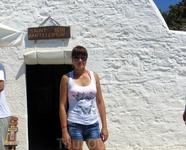 Белоснежная часовенка Св. Пантелеймона на вершине крепости в пос. Монолитос