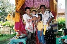 В индонезийской деревне. Сеья Команг Равитри (Мать с отцом и сын)