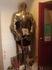рыцарь при входе в дегустационный зал винодельни