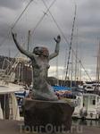 Русалочка в порту Фуншала. Странная какая-то, не то, что в Копенгагене