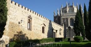 Здание слева - дворец Palacio de la Cava (14 век).