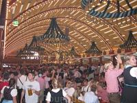 В шатре Löwenbräu.