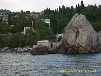 из Гурзуфа отплываем на кораблике(на фотке дача Чехова А. П. в Гурзуфе).