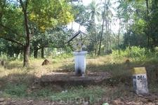 Местным жителям не нужно ходить в храм помолиться, у них практически везде есть вот такие маленькие молитвенники